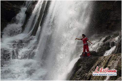 牛角赛瀑布边上的毛南族姑娘   卢增令摄