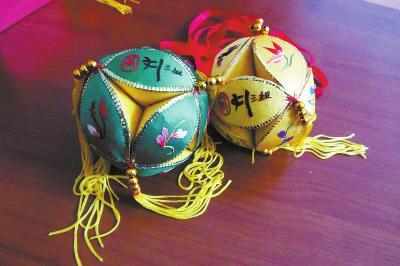 南宁市民谢文也对壮族绣球情有独钟,他收集了很多大小各异的传统布图片