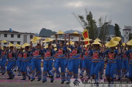 百色德保红枫旅游节开幕 赏红叶骑矮马观民俗巡游